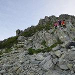 岳沢小屋 - 7:38 紀美子平着。前穂山頂から降りてくる人々