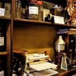 カフェ・ド・ランブル - 店内の棚