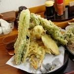 老稚園 - 奥のほうにはさらに天ぷらが眠っています。 食べきるには気合が必要ですね♪
