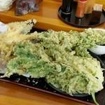 老稚園 - どうやって食べようか悩んでいるうちに、お盆一杯に広がってしまった天ぷら