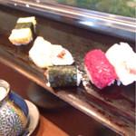 寿し正 - 中心に漬けマグロ・右は鯛の松皮造り       左はかんぴょう巻きが2巻、ガリ、玉子