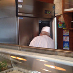 寿し正 - 業務用冷蔵庫から仕込まれたネタが運ばれて来ます