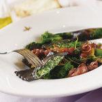 トスカネリア - 菜の花とリコッタチーズを詰めたイカ墨のラヴィオリ ホタルイカのソース(春限定料理)
