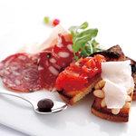 トスカネリア - 生ハムやサラミ、クロスティーニなどを盛り合わせたトスカーナ風前菜盛り合わせ