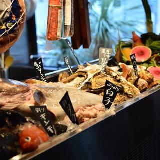 魚や肉が並ぶマルシェコーナーで、2人だけの食材を選んで