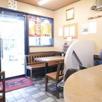 ラーメン太郎 - 入口にテーブル席×2