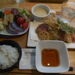 はっぱや神戸野菜ごはん - やさい天ぷら、もちむぎごはん+サラダバイキング ¥1000-
