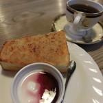 明楽時運 - 料理写真:モーニング(ブレンド・420円)ツナトーストとトヨーグルト