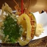 手打ちそばやぶ金 - *天ぷらは「海老2尾」「かぼちゃ」「茄子」「紫蘇」「パブリカ」「蕎麦」など。 衣が薄くカラッと揚げてあり、美味しいですよ。