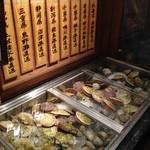 魚問屋 魚一商店 - 入口のショーケース