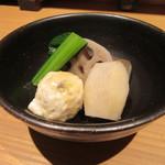 45913251 - お通し①「鶏つくねと根菜の炊き合わせ」
