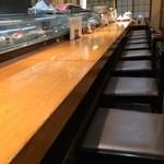 鮨の増田屋 - 長いカウンター席です、背中側はテーブル席が並びます