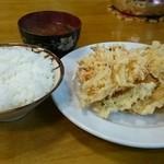 三楽食堂 - 盛天ぷら定食。天ぷらが本当に盛りだくさん!ライスは普通でこの量!