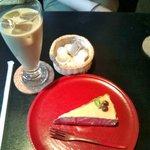 茶房こでまり - アイスカフェオレとキャラメルレアチーズケーキ
