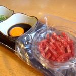 ひびの亭 - 国産牛肉ユッケ(無菌)980円(税込1,058円)…濃厚な薩摩の赤玉子とご一緒に!