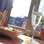 アロマカフェ フェリチタ - 料理写真:チアシード入りノンアルコールシャンパン、サラダ