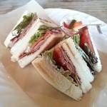 Cafe tenba - 【BLTサンド】パンの焼き加減、トマトの厚み、ベーコンのおいしさがバランスよく最近のお気に入り。