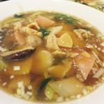 マンダリン マーケット文華市場 - 【昼】具沢山五目スープそば 980円。軽くとろみがついた醤油味のスープです。 野菜の甘味でしょうか。 きりっとし過ぎないところがほっとするマイルドな味です。
