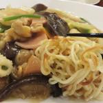 マンダリン マーケット文華市場 - 【昼】至福のあんかけ焼きそば 880円。麺は焦げ目が付けられています。野菜の他に、ハム・豚肉・イカ・海老が入ってました。