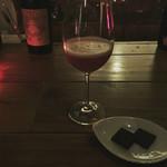 フラミンゴ - イチゴのカクテルにチョコレートを添えて。おいしい♡