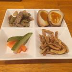 B&W Factory - 前菜盛り合わせ(ピクルス、砂肝ザーサイ 、味玉、うどんプレッツェル)
