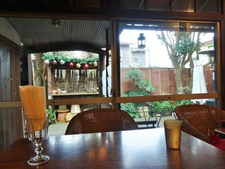 カフェ 坂の下 - 店内からの庭の眺め