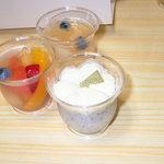 パティスリー らねっと - 黒ゴマのパンナコッタ、フルーツゼリー、桃のコンポート