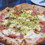 45952789 - モルタデッラ・リコッタチーズ・モッツァレラチーズのチーズ三昧の濃厚クリーミーなピッツァ