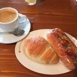 Bakery Genki - お昼はいつものパン屋さん。塩バターパンと焼きそばパン、いただきます。