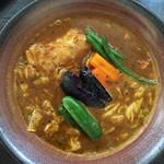 ふらのや - やわらか骨付きチキン&道産野菜スープカレー