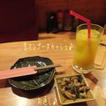とりや - 生マンゴースカッシュ(390円)と生マンゴー酎ハイ(490円)で乾杯〜( ^ ^ )/□ お通しも鶏肉だ!食感イイ♪