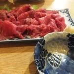 居酒屋てっちゃん - 料理写真:馬刺しこの量で900円!?