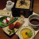 そば季寄 季作久 - そば小町:つくね串焼、寿司、そば豆腐・・・蕎麦と絶妙な組合わせをお楽しみ下さい。