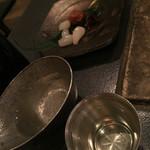 囲炉裏料理と日本酒スローフード 方舟 - 日本酒は面白い入れ物で