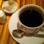 トラヤカフェ - デザートプレートにつくホットコーヒー