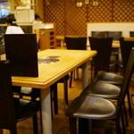 名家 - 2015.12 テーブル席、奥には座敷席