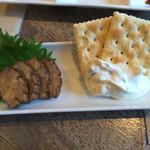 純米酒専門YATA - クリームチーズといぶりがっこ