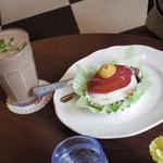 カフェ フロインドリーブ 本店 - タルト \540  バナナシェイク \648