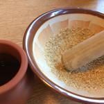 多羅福村 - ヒレカツ定食のソースとすりゴマ