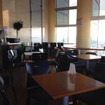 展望ラウンジ アサヒスカイルーム - 窓に向かうカウンター席とテーブル席があります