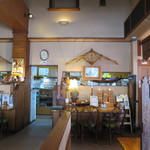 博士ラーメン別館 & HAKASE Thai 博士レストラン本店 - ラーメン屋らしくない店内。