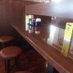 丸亀製麺 - カウンター風のテーブル席