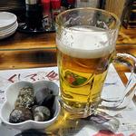 港釧路の炉端焼き 虎や - 生ビール(ふた口飲みました)& お通し(ツブの煮物)(2015年12月)