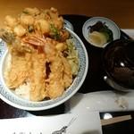 46007951 - 天丼 赤出汁、香の物付(海老三尾、キス、小かき揚げ、青味)3672円