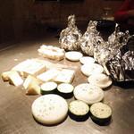 シャカ - 前菜の野菜を焼いている