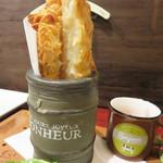 マンダリン マーケット文華市場 - 【夜】海老とハモのアーモンドトースト揚げ。パンの薄切りに海老と鱧(はも)と豆腐のペーストを塗り付け、 アーモンドスライスをまぶして揚げたものです。
