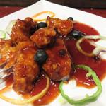 マンダリン マーケット文華市場 - 【夜】名物!フレッシュブルーベリー酢豚。黒酢を使った酢豚に生のブルーベリーを散らしてある感じでした。 思ったほど奇をてらってませんでしたが、美味しいスブタでした♪