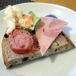 Grimm - 猪ソーセージとビアシンケンをパンにのっける