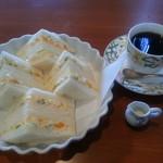 ファミリーハウス - エッグサンドとコーヒー