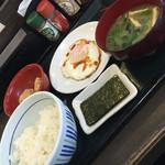なか卯 船橋競馬場駅前店 - 朝目玉焼き定食にサービス唐揚げ二個(^∇^)